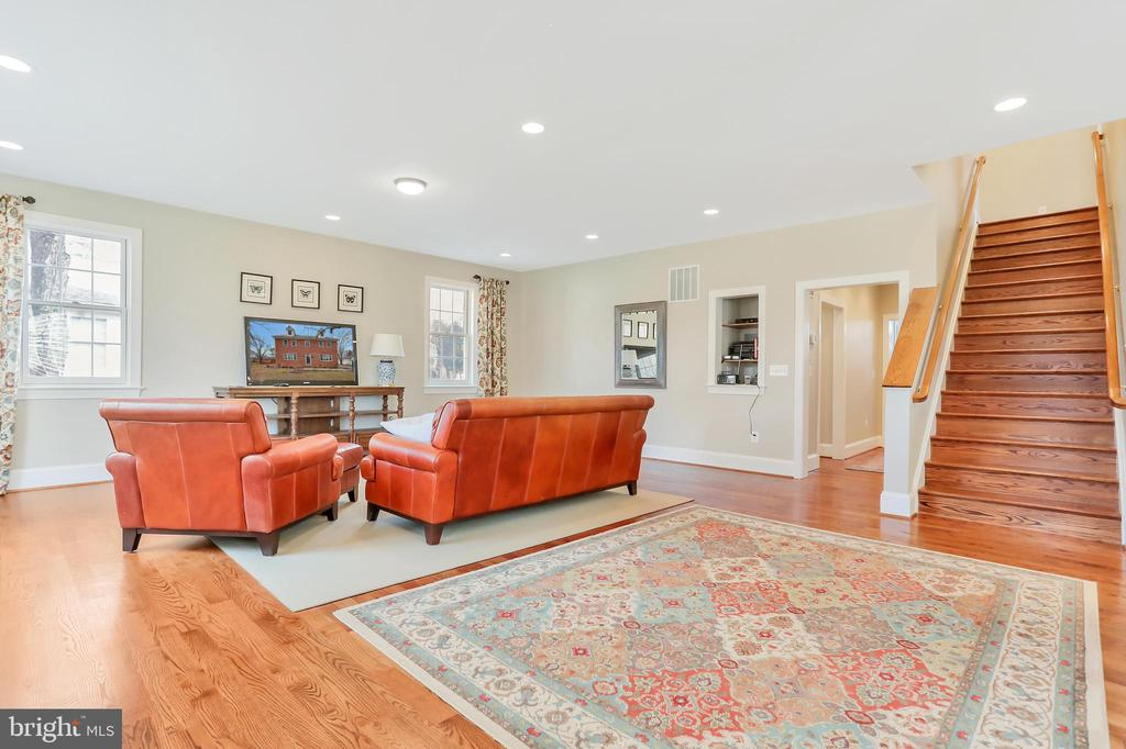 Plenty of Room to Entertain - 20131 DAIRY LN, STERLING