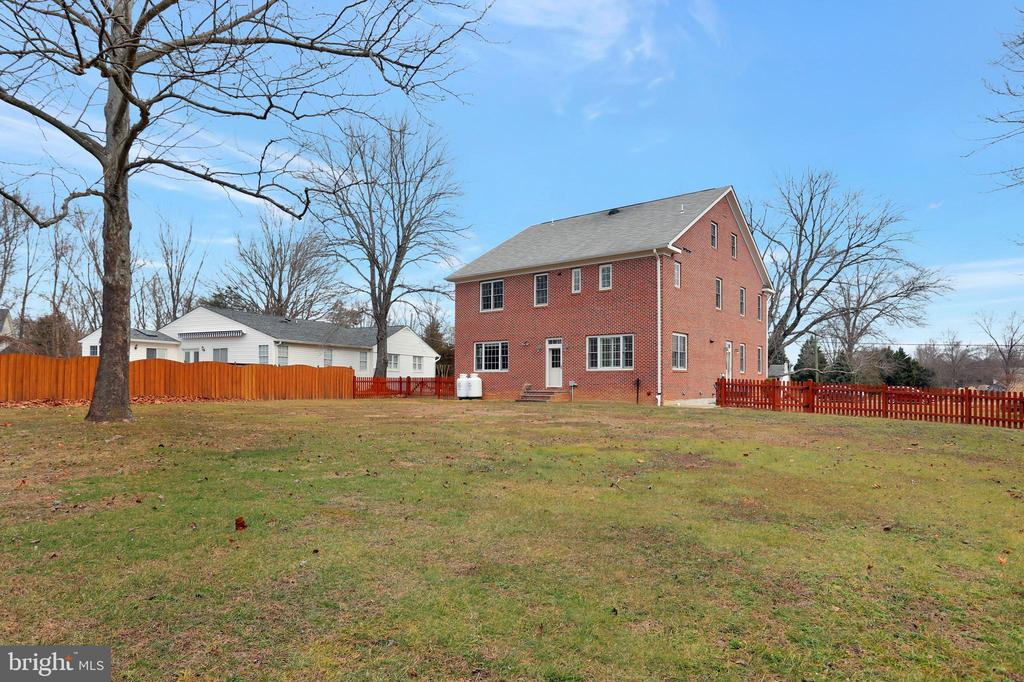 Large, Level,  Fenced Backyard - 20131 DAIRY LN, STERLING