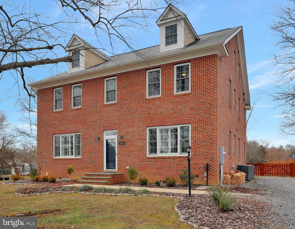 All Brick! Solid construction - 20131 DAIRY LN, STERLING
