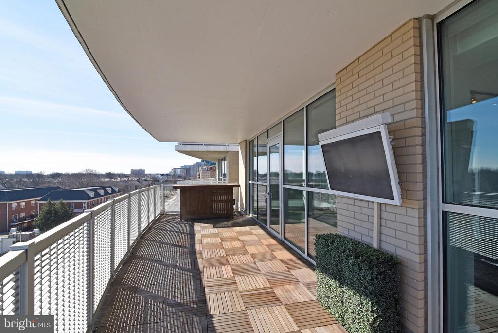 South Covered Terrace w/ Outdoor TV - 3409 WILSON BLVD #611, ARLINGTON