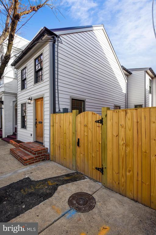 Side Private Courtyard Entry - 309 N PATRICK ST, ALEXANDRIA