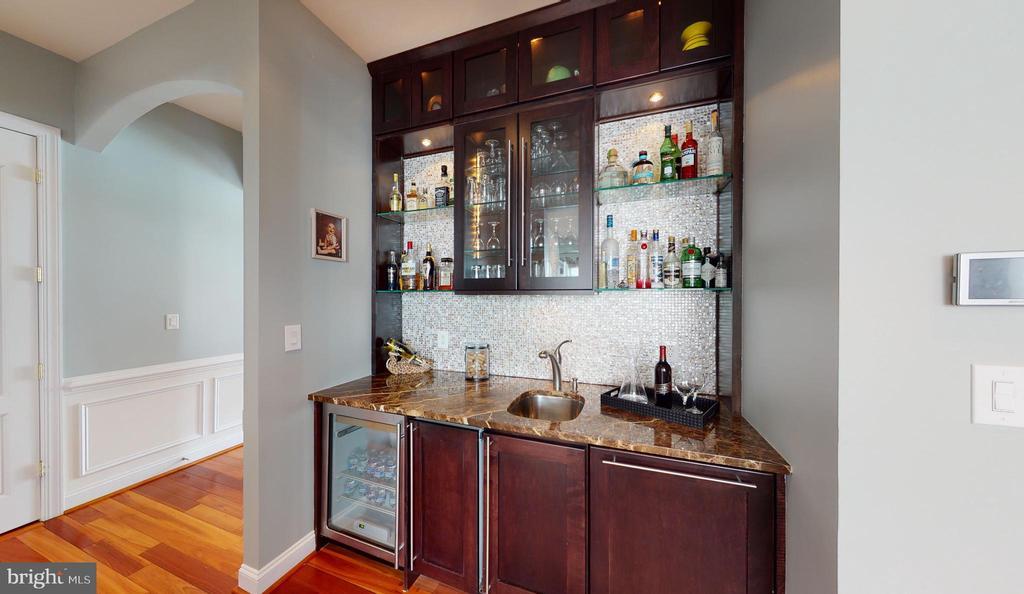 Walk up wet bar in family room - 206 GREENHOW CT SE, LEESBURG