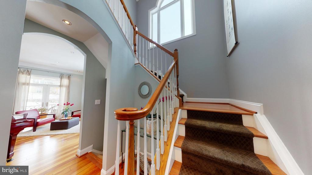 Staircase to the upper level - 206 GREENHOW CT SE, LEESBURG