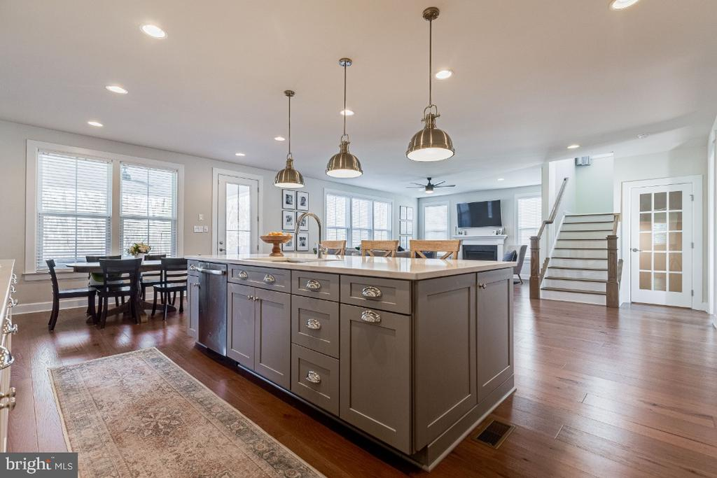 Large Center Island Overlooking Family Room - 23581 AMESFIELD PL, ALDIE