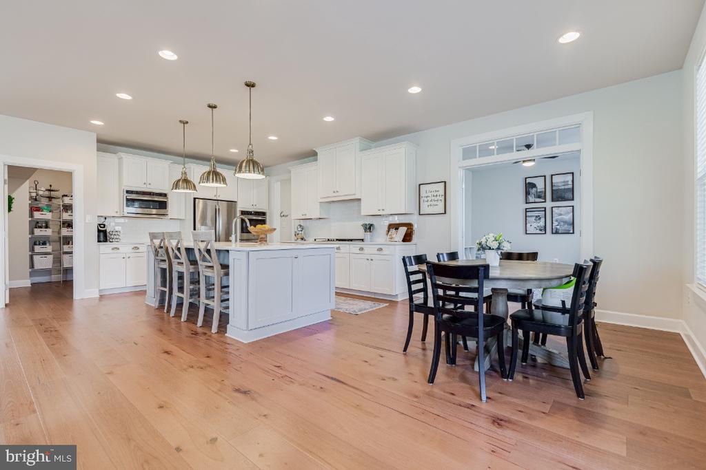 Gourmet Kitchen with Breakfast Area - 23581 AMESFIELD PL, ALDIE