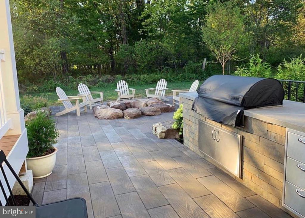 Custom Built-in Grill w/ Firewood Storage Area - 23581 AMESFIELD PL, ALDIE