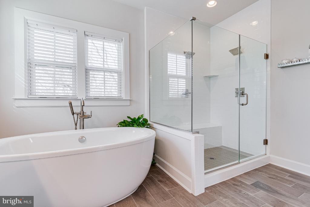 Luxuriuos Primary Owner Bath w/ Separate Shower - 23581 AMESFIELD PL, ALDIE