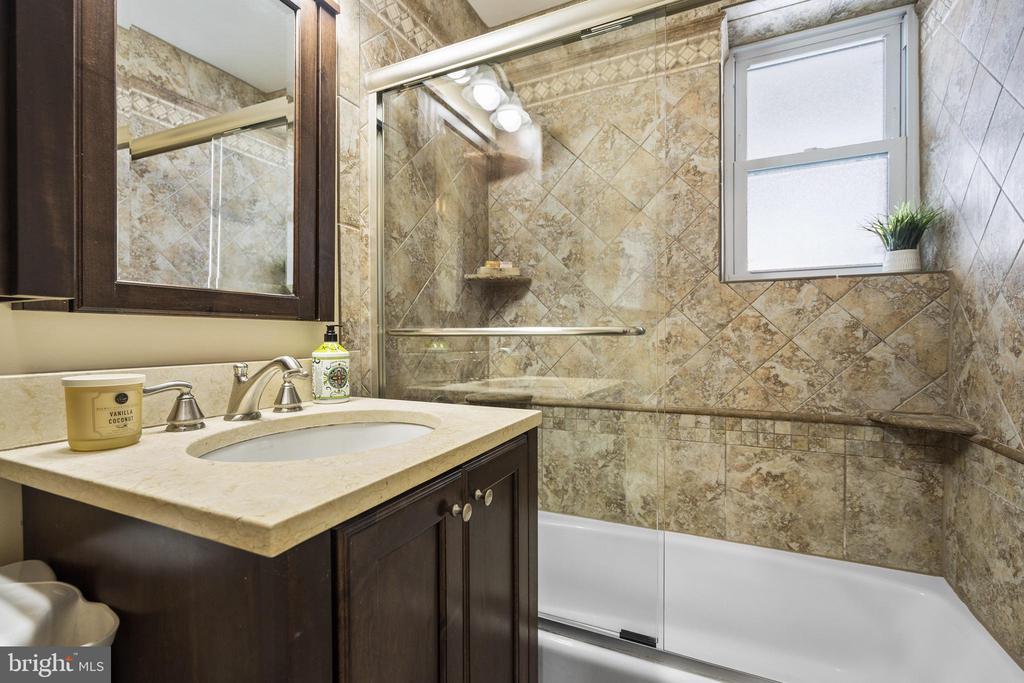 Full bathroom w/glass tub enclosure & tiled shower - 4616 28TH RD S #A, ARLINGTON