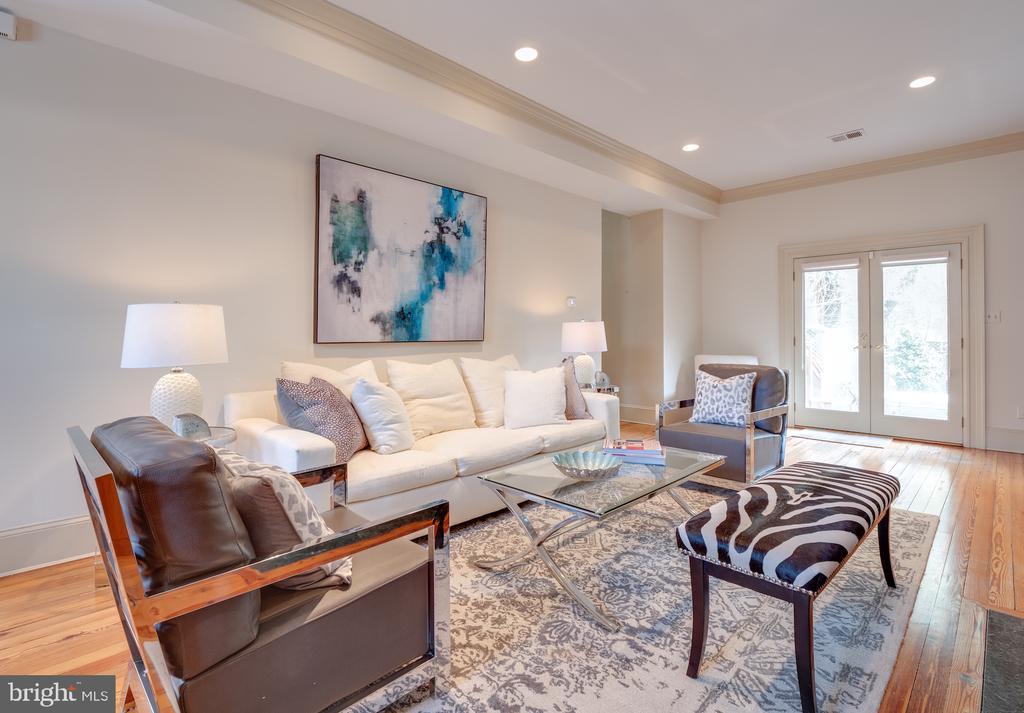 Spacious living room perfect for entertaining! - 112 5TH ST SE, WASHINGTON
