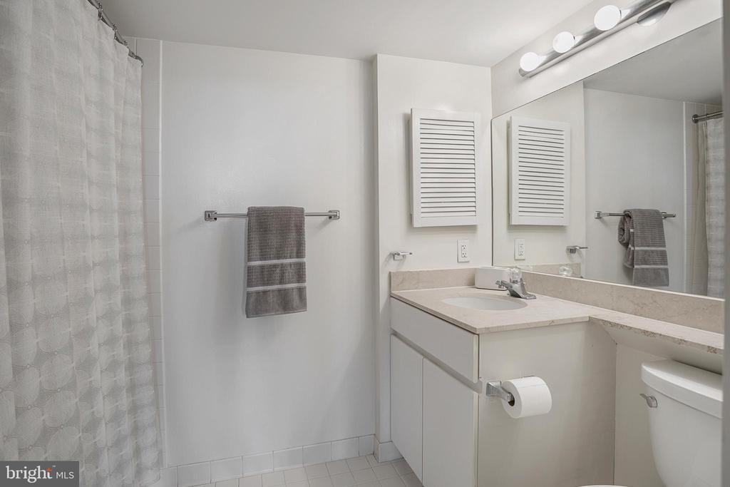 Owners En-Suite Bath - 801 PENNSYLVANIA AVE NW #1215, WASHINGTON