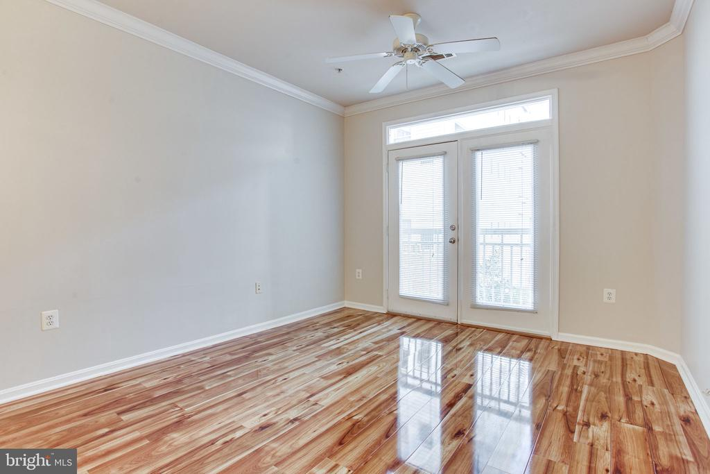Sunny and bright living room - 2791 CENTERBORO DR #285, VIENNA