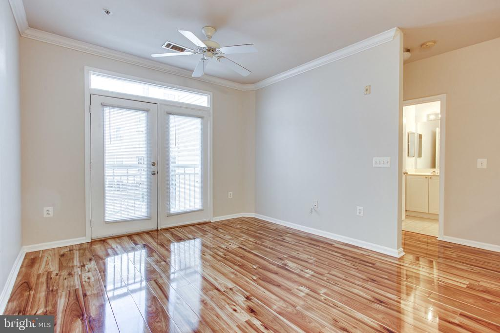 Sunny and open floor - 2791 CENTERBORO DR #285, VIENNA
