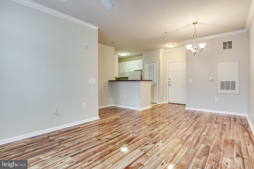 Freshly painted, hardwood floors! - 2791 CENTERBORO DR #285, VIENNA