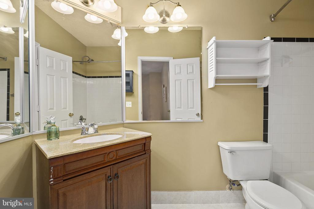 En-suite Owner's Bathroom - 14305 CLIMBING ROSE WAY #205, CENTREVILLE