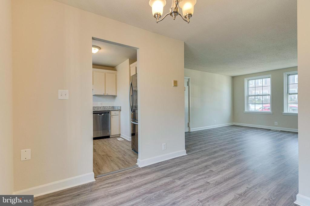 Dining room flows into living area - 2943 S DINWIDDIE ST #A1, ARLINGTON