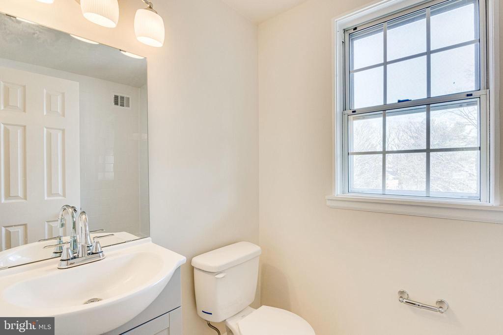 Primary/Main level bath - 2943 S DINWIDDIE ST #A1, ARLINGTON