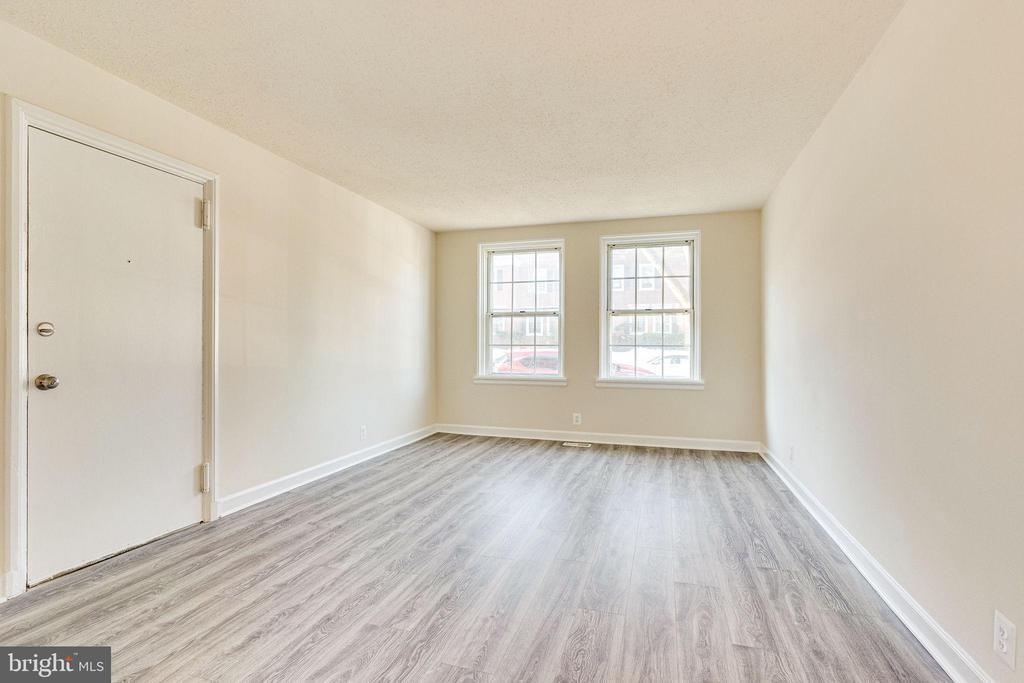 Beautiful light-filled living area - 2943 S DINWIDDIE ST #A1, ARLINGTON