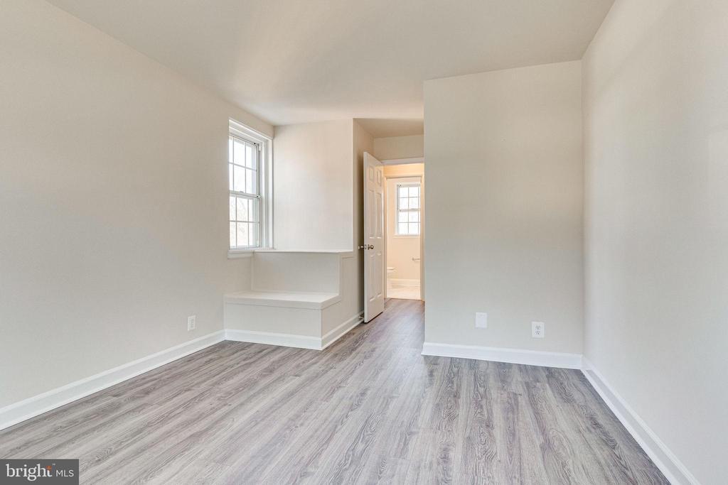 Spacious main level primary bedroom - 2943 S DINWIDDIE ST #A1, ARLINGTON