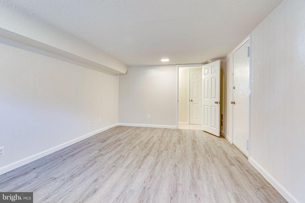 Spacious lower level bedroom - 2943 S DINWIDDIE ST #A1, ARLINGTON