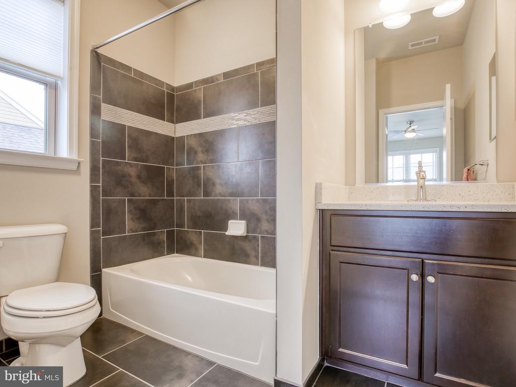 Upper Bedroom #4 Bath - 17260 CREEKSIDE GREEN PL, ROUND HILL