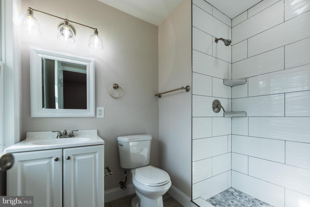 Completely updated main level bath 2 w tile shower - 7605 LAURALIN PL, SPRINGFIELD