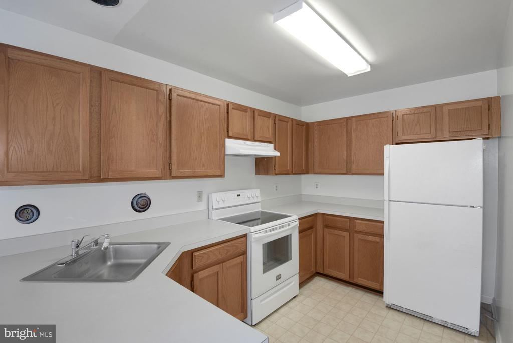 Kitchen well maintained - 6114 STONEPATH CIR, CENTREVILLE