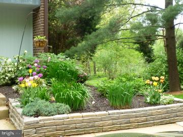 Beautiful landscaping surrounds the home - 2071 WETHERSFIELD CT, RESTON