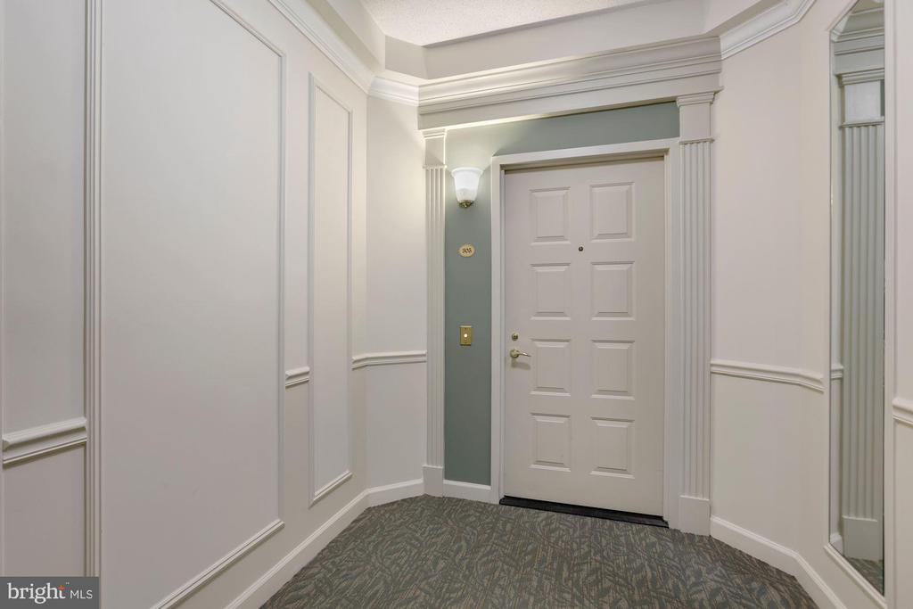 Wide hallway to entrance - 19360 MAGNOLIA GROVE SQ #305, LEESBURG