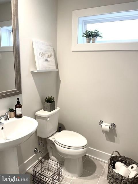 Loft Powder Room w/Pedestal Sink & Transom Window - 42502 MILDRED LANDING SQ, ASHBURN