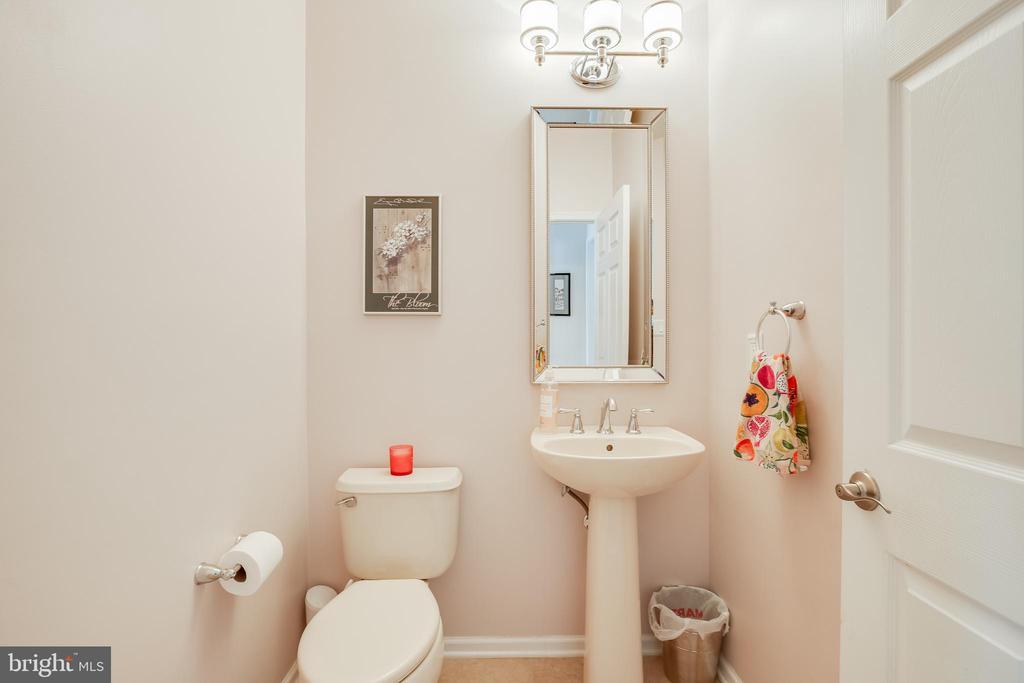 Powder room- off kitchen area - 903 CRESTVIEW TER, WINCHESTER