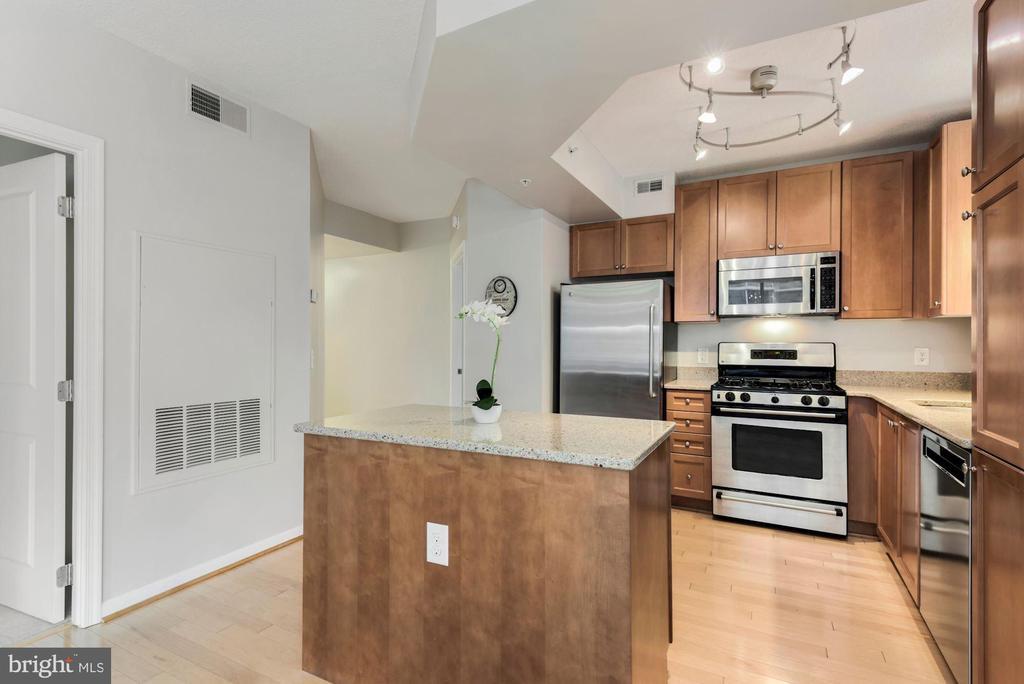 Kitchen with Island - 851 N GLEBE RD #819, ARLINGTON