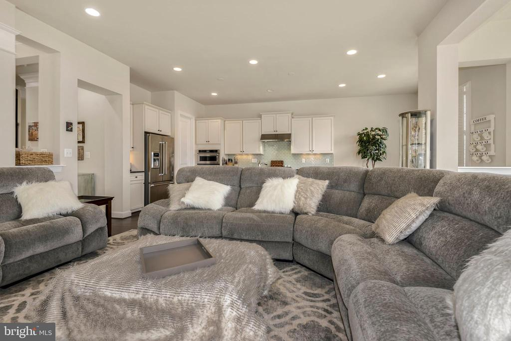 Open concept kitchen flows into the great room - 42594 DREAMWEAVER DR, ASHBURN