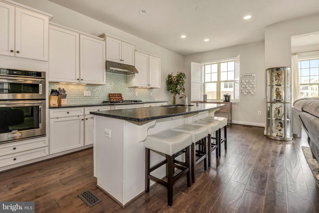 Bright and open Chef's kitchen - 42594 DREAMWEAVER DR, ASHBURN
