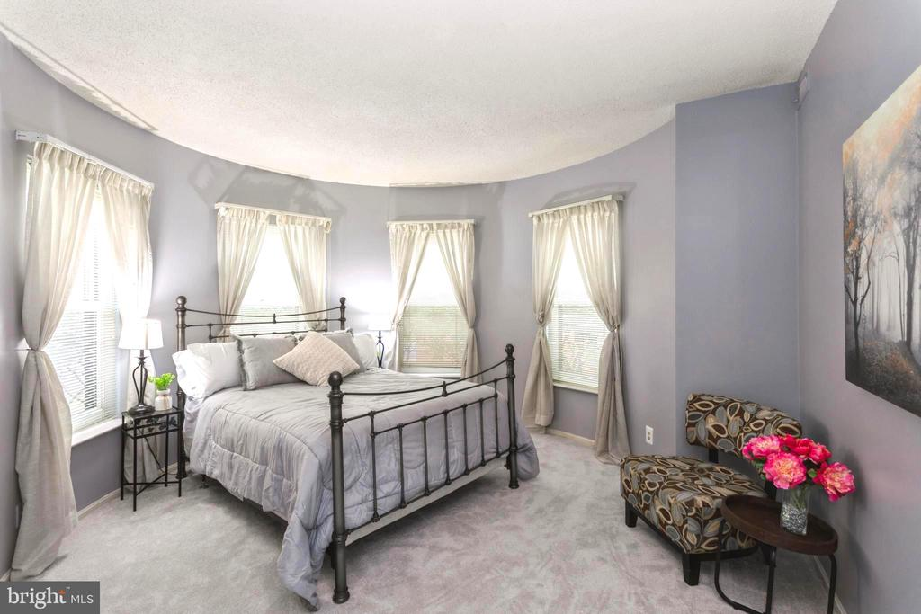 Master Suite Bedroom and sitting area - 2100 LEE HWY #G09, ARLINGTON