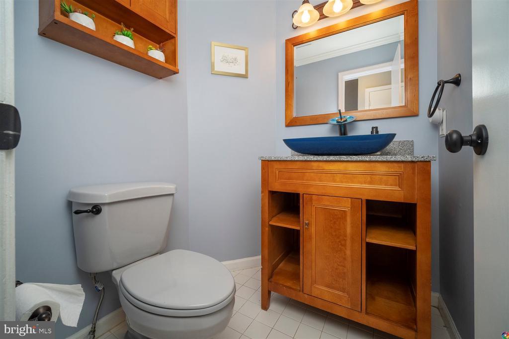 half bath on main level - 1069 NICKLAUS CT, HERNDON