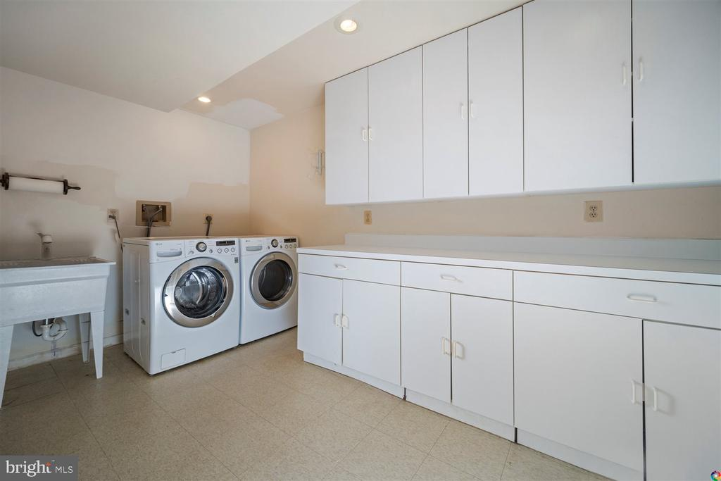 Large Laundry Room - 1069 NICKLAUS CT, HERNDON