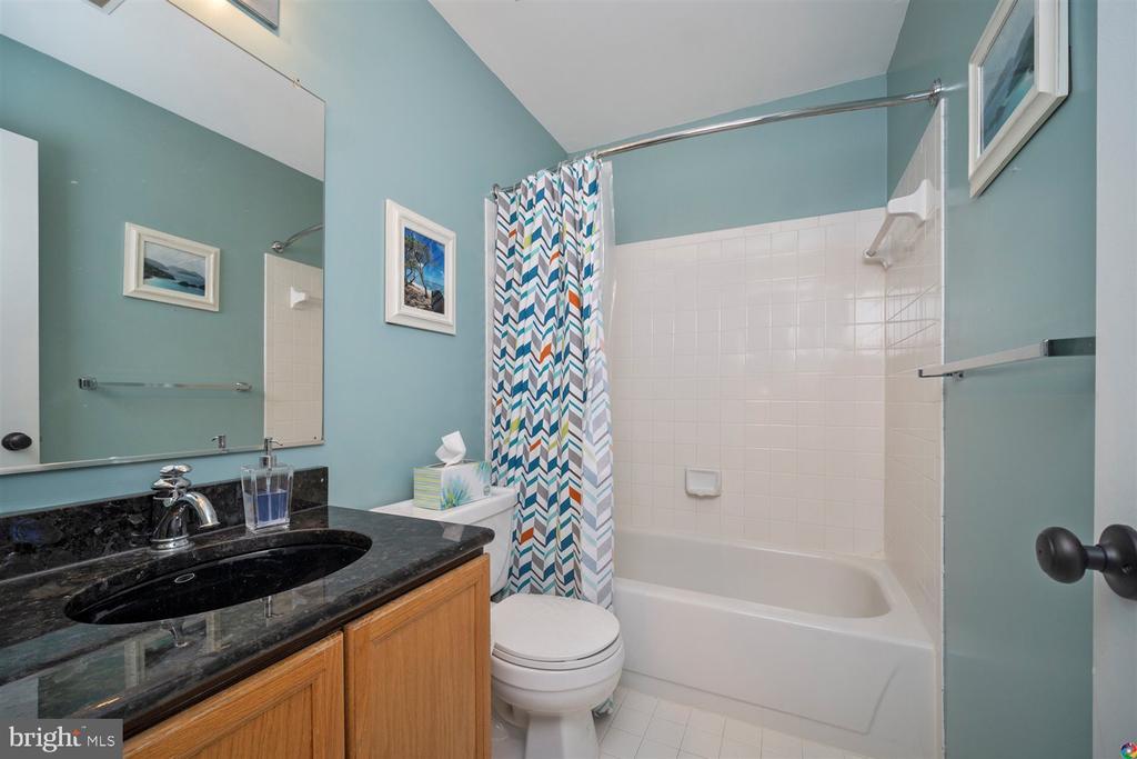 downstairs bathroom - 1069 NICKLAUS CT, HERNDON