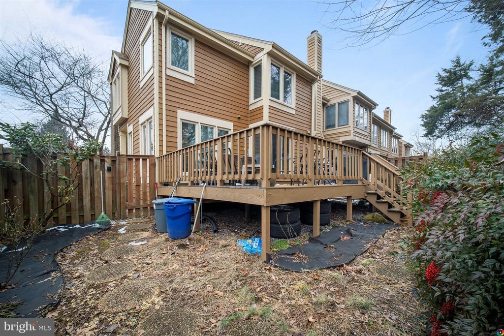 backyard - 1069 NICKLAUS CT, HERNDON