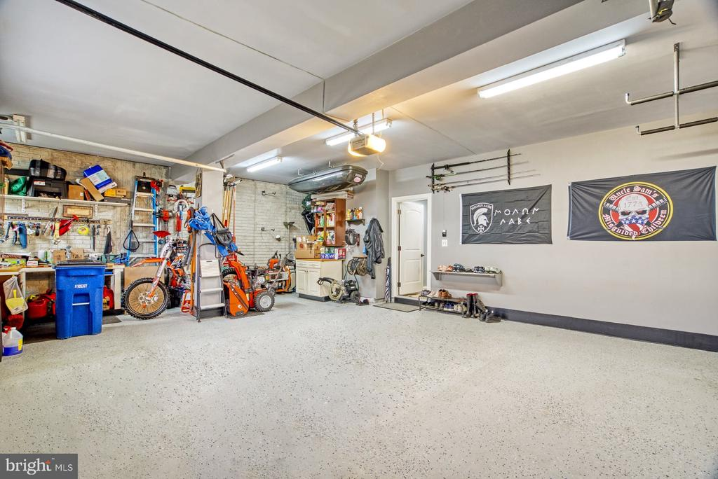 Large oversized 2 car garage - 24955 EARLSFORD DRIVE, CHANTILLY