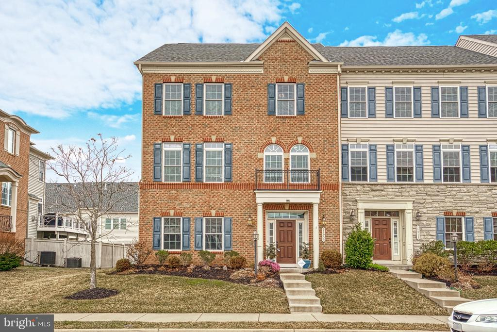 Beautifully maintained end unit Townhome - 24955 EARLSFORD DRIVE, CHANTILLY