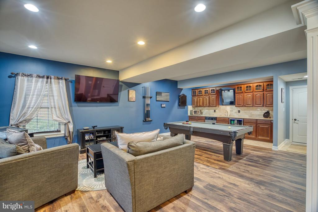 Lower level rec room with wet bar and full bath - 24955 EARLSFORD DRIVE, CHANTILLY