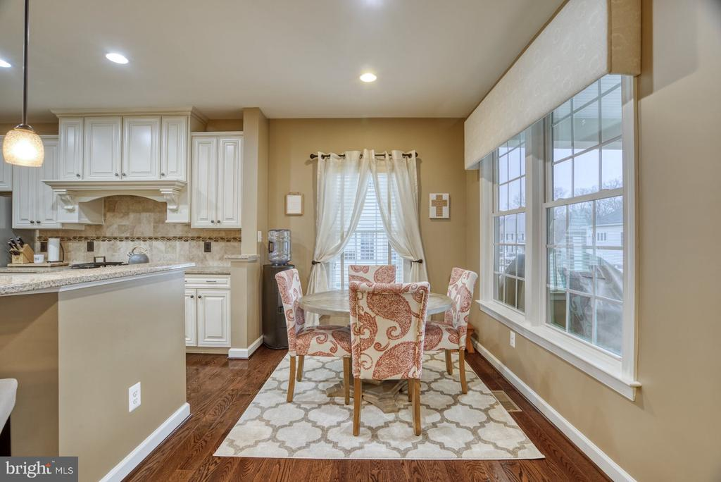Eat-in Kitchen open to family room and kitchen - 24955 EARLSFORD DRIVE, CHANTILLY