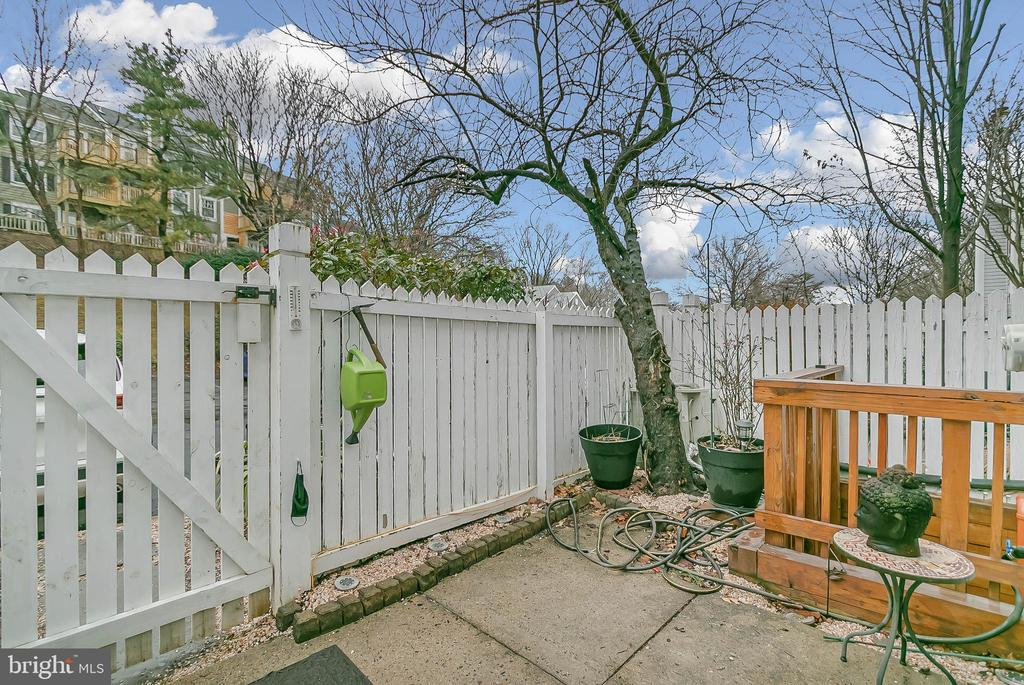 Patio off living area-quick access to parking lot - 2913-B S WOODSTOCK ST #2, ARLINGTON