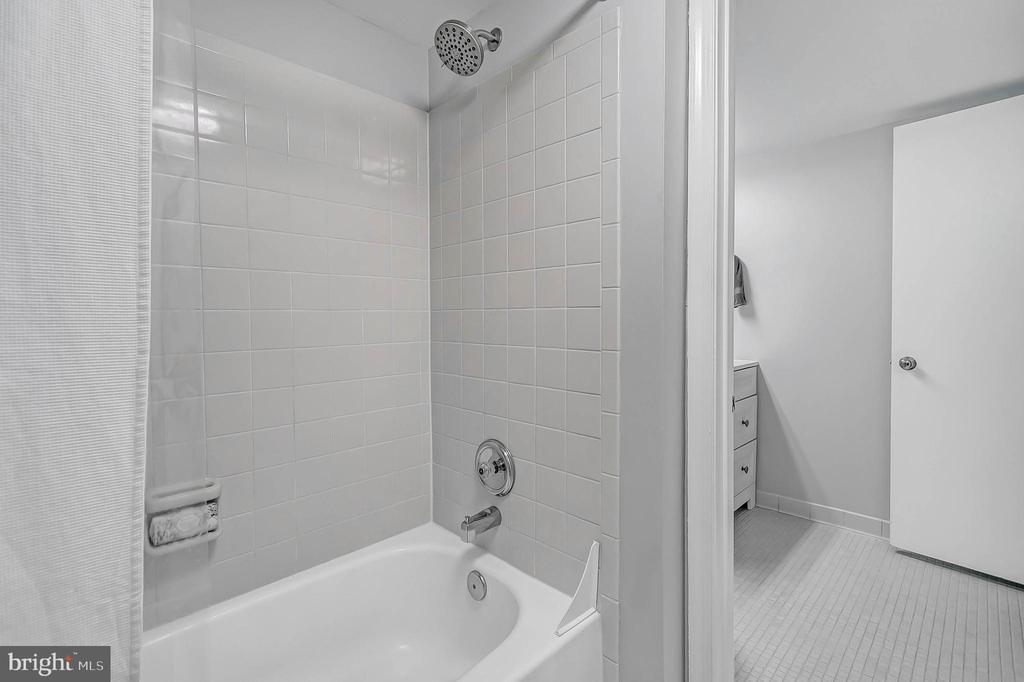 Lower level full bath - 2913-B S WOODSTOCK ST #2, ARLINGTON