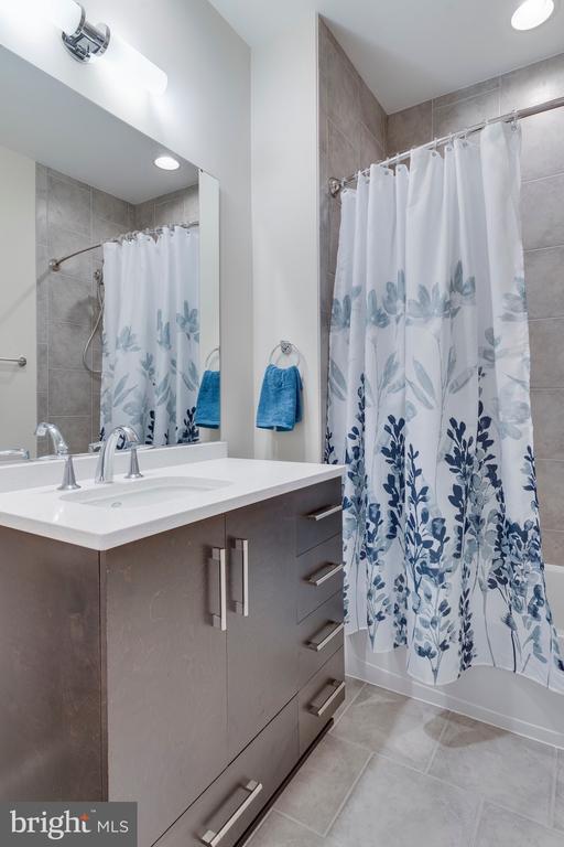 Bedroom Level Hall Bath - 171 WINSOME CIR, BETHESDA