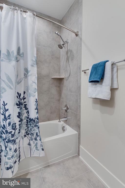Bedroom Level Hall Bath, View 2 - 171 WINSOME CIR, BETHESDA