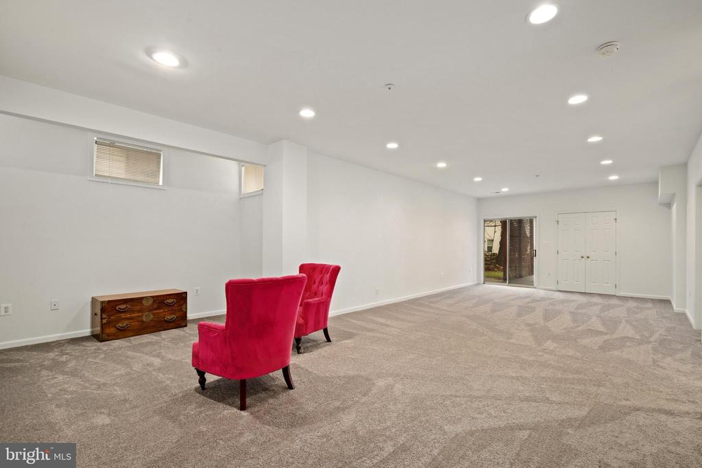 Large living area in the lower level - 20757 PARKSIDE CIR, STERLING