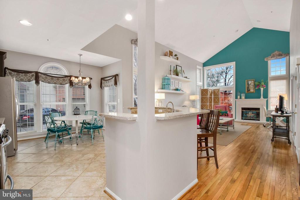 Open floor plan iwth soaring ceilings - 20757 PARKSIDE CIR, STERLING