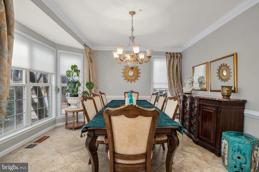 Large dining room with Bay Window - 20757 PARKSIDE CIR, STERLING