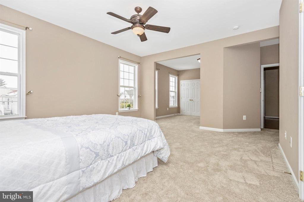 Master bedroom with seating area, two closets - 2 MAE WAY, THURMONT